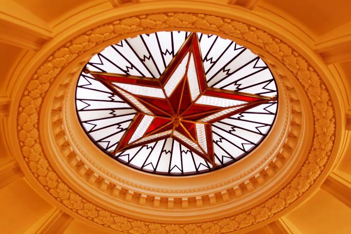 Свод ротонды на 31 этаже МГУ с рубиновой звездой, как в Кремле