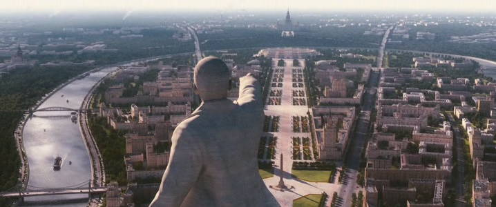 Ленин на вершине дворца советов смотрит на МГУ